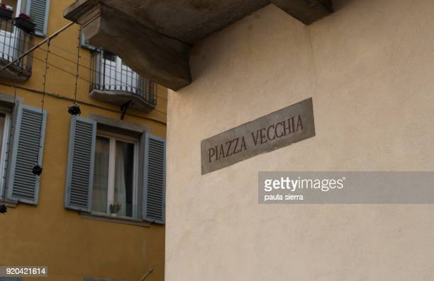 old square sign in italian language - bergamo fotografías e imágenes de stock