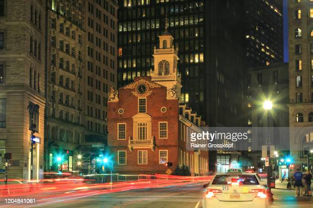 old state house in boston at night with light trails of road traffic - rainer grosskopf fotografías e imágenes de stock