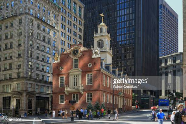 old state house in the shadow of the surrounding high-rise buildings in downtown boston - rainer grosskopf fotografías e imágenes de stock