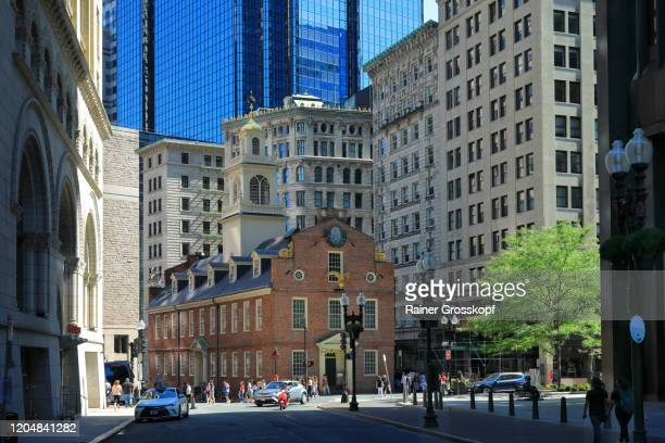 old state house in the shadow of the surrounding high-rise buildings in downtown boston - rainer grosskopf stock pictures, royalty-free photos & images