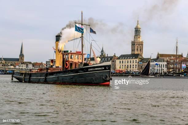 Oude stoom boot op de rivier de IJssel tijdens het evenement 2018 varen Kampen