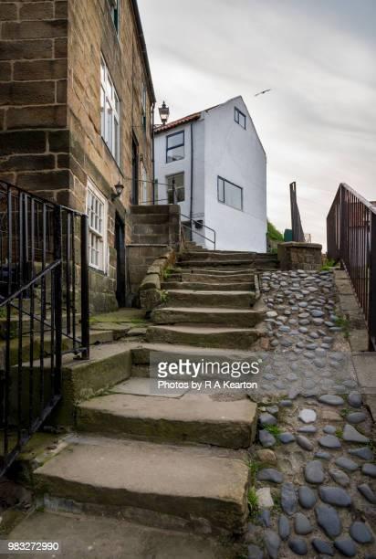 old steps in the historic fishing village of staithes, north yorkshire, england - noordoost engeland stockfoto's en -beelden