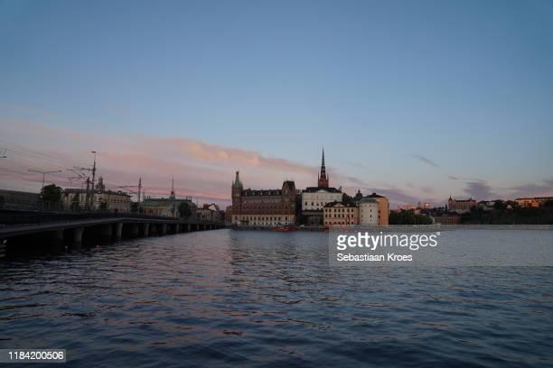 old stockholm at dusk, sweden - riddarholmkirche stock-fotos und bilder