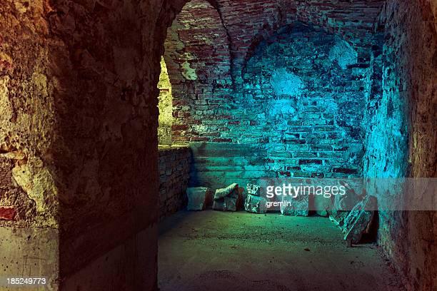 Old stone Arkaden in einem derelict, verlassenen castle