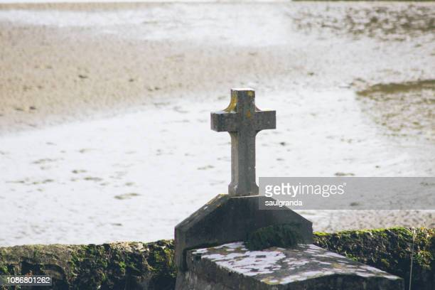 old stone grave and cross - rest in peace stock pictures, royalty-free photos & images