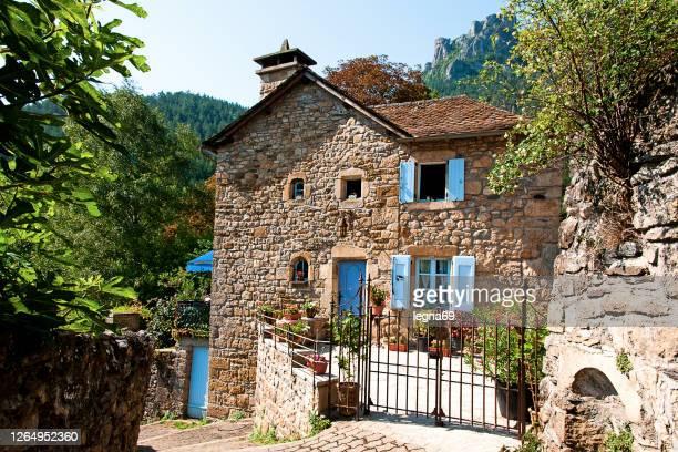フランスの村にある古い石造りの家 - 石造りの家 ストックフォトと画像