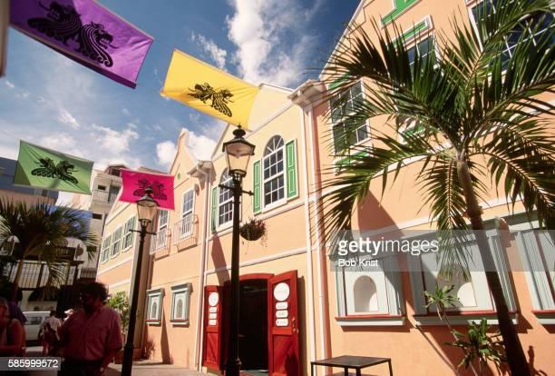 old street shopping arcade in phillipsburg - sint maarten caraïbisch eiland stockfoto's en -beelden