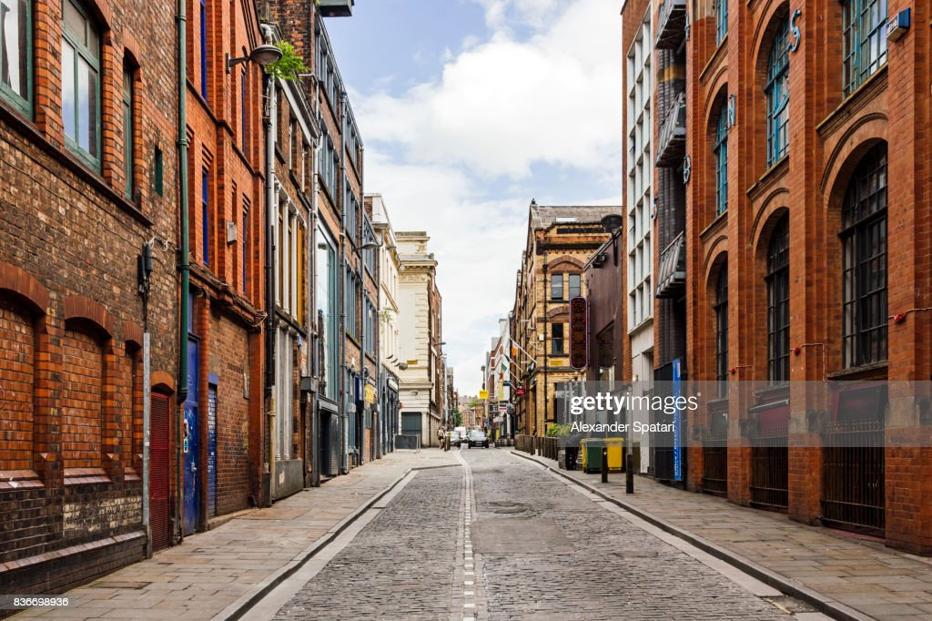 Old street with brick wall buildings in the downtown of Liverpool, England, UK : Foto de stock