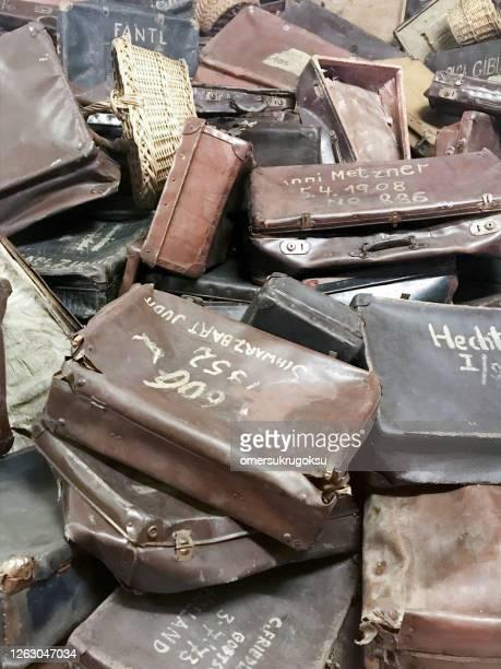 oude koffers van gedeporteerd in auschwitz, polen - auschwitz stockfoto's en -beelden