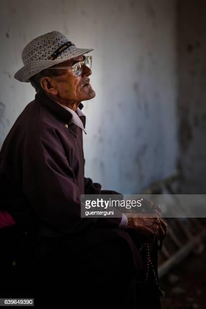 old tibetan man from ladakh during monastery estival in ladakh - einzelner senior stock-fotos und bilder