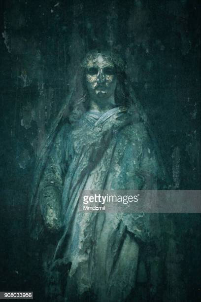 old tombstone of virgin mary - catholicism and religion - spooky ghost - cemetery pere lachaise, paris, france - mulher morta imagens e fotografias de stock