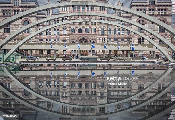 old toronto city hall in reflecting pool - 市庁舎前広場 ストックフォトと画像