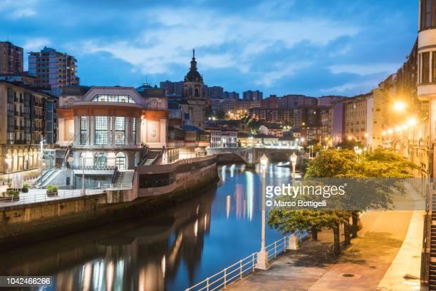 old town (casco viejo) at dusk, bilbao, spain. - pais vasco fotografías e imágenes de stock