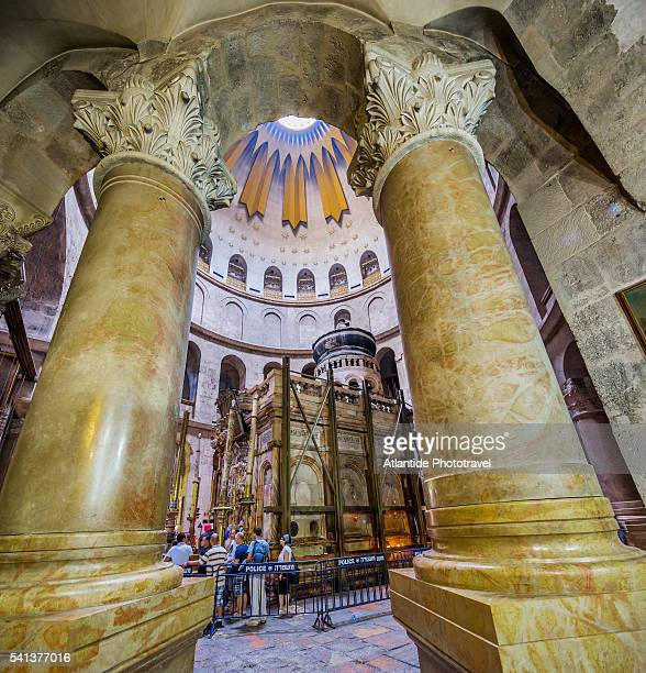 old town, christian quarter, church of the holy sepulchre (also called the basilica of the holy sepulchre), the columns supporting the anastasia rotunda and the tomb of jesus - igreja do santo sepulcro imagens e fotografias de stock