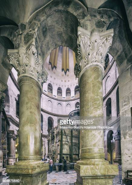 old town, christian quarter, church of the holy sepulchre (also called the basilica of the holy sepulchre), the columns supporting the anastasia rotunda and the tomb of jesus - jesus empty tomb stock pictures, royalty-free photos & images