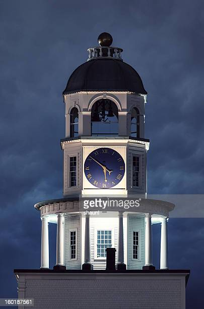 old town clock - klokkentoren met wijzerplaat stockfoto's en -beelden