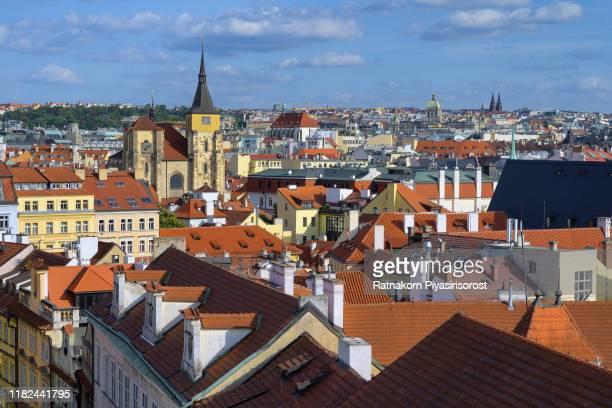 old town hall, church of our lady tyn, prague, czech republic - klokkentoren met wijzerplaat stockfoto's en -beelden