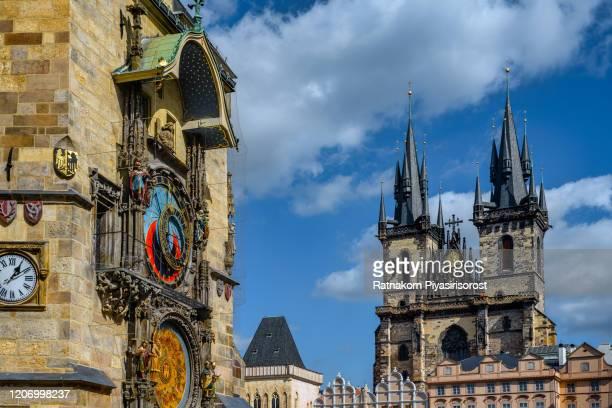 old town hall, church of our lady tyn, prague, czech republic - notre dame de tyn photos et images de collection
