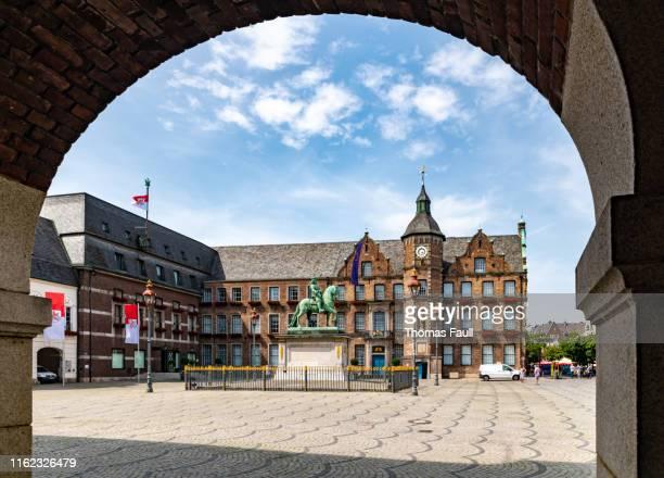 altes rathaus durch bogen in düsseldorf - rathaus stock-fotos und bilder