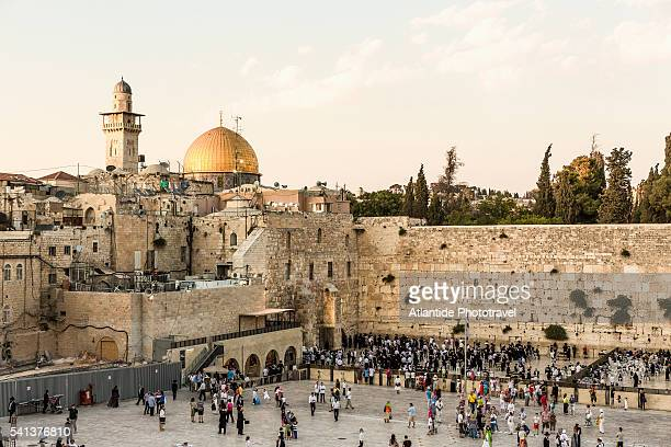 old town, jewish quarter, the western wall (wailing wall) and, on the background, the dome of the rock and a minaret of temple mount - jerusalem stock pictures, royalty-free photos & images