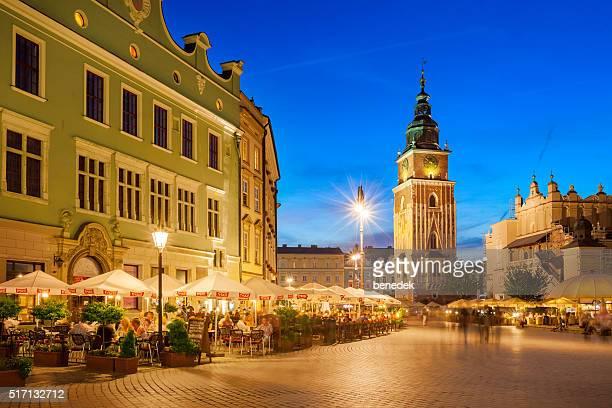 Altstadt von Krakau, Polen, mit Menschen und Restaurants