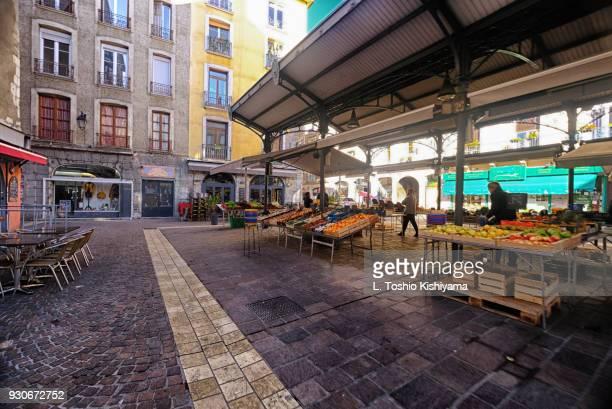 old town market in grenoble, france - grenoble stockfoto's en -beelden