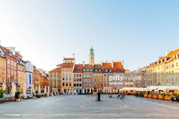 old town market place (rynek starego miasta) in the morning, warsaw, poland - 市場広場 ストックフォトと画像
