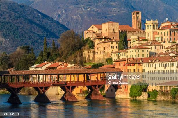 有名なポンテ ・ デッリ ・ アルピーニ ブレンタ川沿いバッサーノ ・ デル ・ グラッパの旧市街。ヴィチェンツァ県、イタリア - バッサーノデルグラッパ ストックフォトと画像