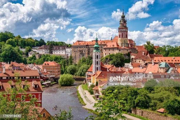 old town of cesky krumlov, south bohemian, czech republic - tsjechië stockfoto's en -beelden