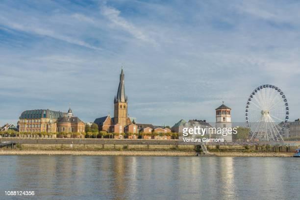 old town (altstadt) of düsseldorf - flussufer stock-fotos und bilder