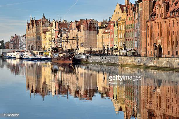old town of gdansk (danzig) along the motlawa river, poland. - motlawa river stock pictures, royalty-free photos & images