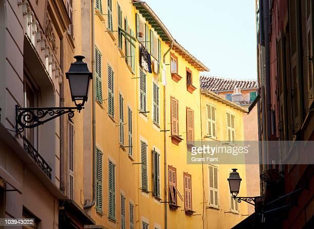 old town of nice, apartments. - nice frankrijk stockfoto's en -beelden