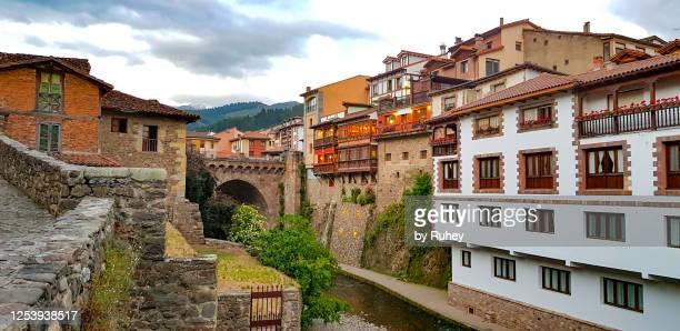 """old town of potes, passage of the quiviesa river through its """"new bridge"""", cantabria - cantabria fotografías e imágenes de stock"""