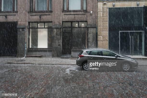 cidade velha riga durante a chuva - sleet - fotografias e filmes do acervo