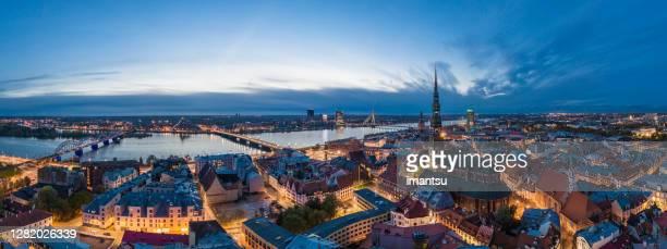 oude stad riga panorama na zonsondergang - hoofdstad stockfoto's en -beelden