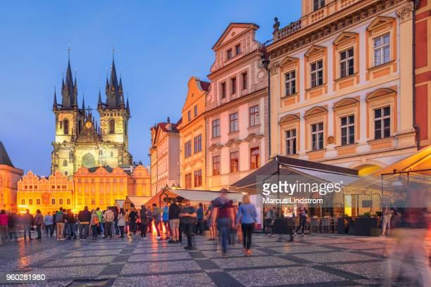 プラハ旧市街広場で - プラハ 旧市街広場 ストックフォトと画像