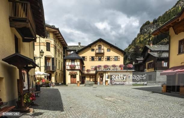 old town square of gressoney saint jean in valle d'aosta, italy - dorf stock-fotos und bilder