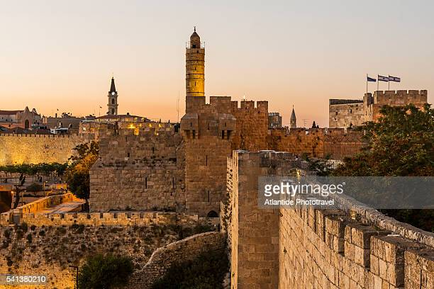 old town, the tower of david (or citadel of jerusalem) and the walls - jerusalén fotografías e imágenes de stock