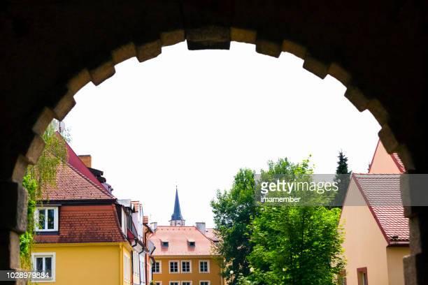 cidade velha, vista através do arco de pedra, fundo com espaço de cópia - característica arquitetônica - fotografias e filmes do acervo