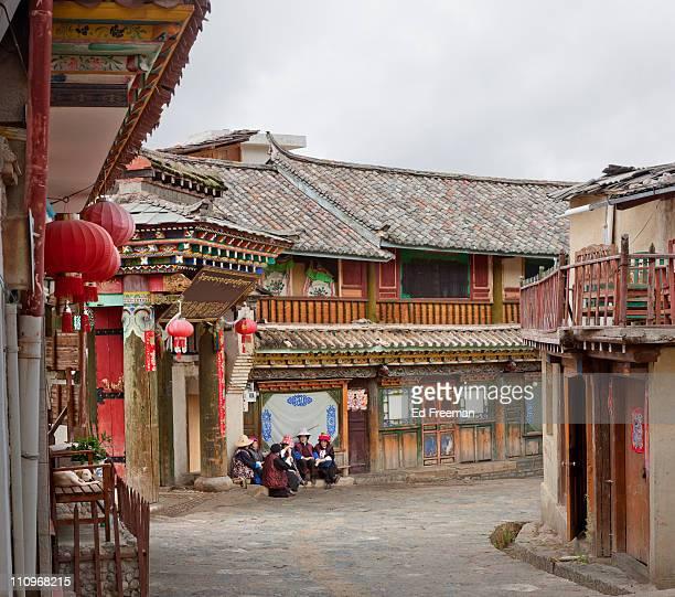 old town xianggelila / shangri-la - shangri la stockfoto's en -beelden
