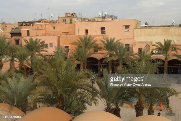 old traditional clay houses in jemaa el-fnaa square in marrakech, morocco - victor ovies fotografías e imágenes de stock