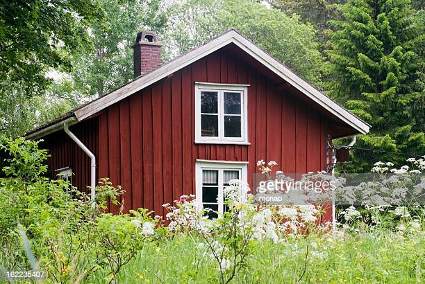 old traditional cottage from sweden - rood stockfoto's en -beelden