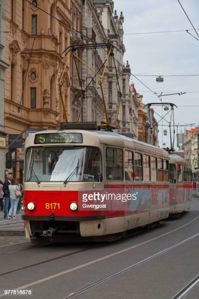 oude tram in praag - gwengoat stockfoto's en -beelden