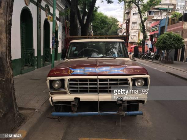 camión viejo estacionado en la calle - bandera argentina fotografías e imágenes de stock