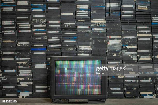 old tv and a pile of tapes - kanaal stockfoto's en -beelden