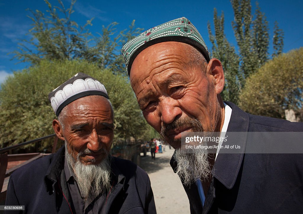 Old Uyghur men in Serik Buya market, Yarkand, Xinjiang Uyghur Autonomous Region, China... : Foto jornalística