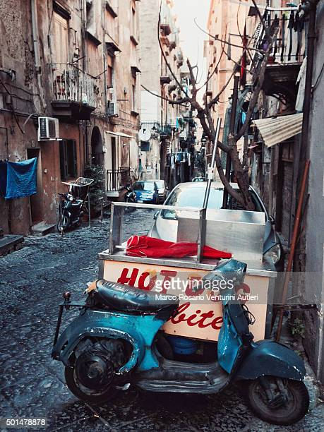 Alte Vespa geparkt im historischen Neapel, Italien, Europa