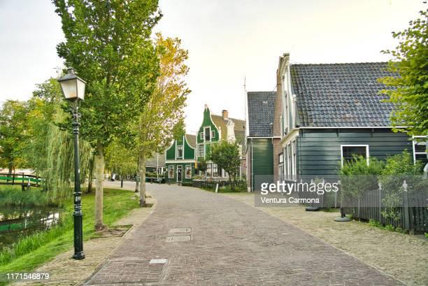 old village street in zaanse schans, netherlands - dorp stockfoto's en -beelden