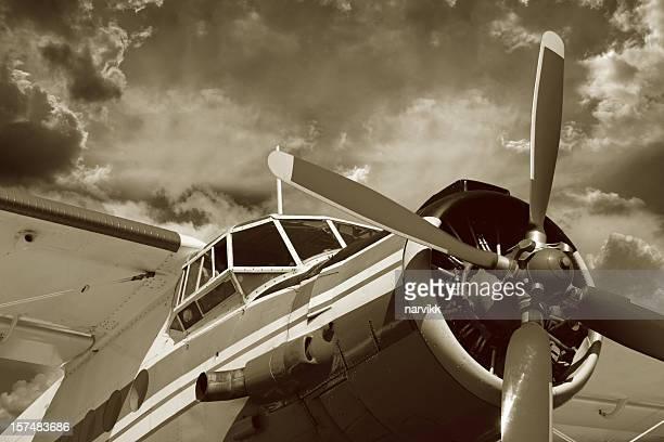 alte vintage-flugzeug - doppeldecker flugzeug stock-fotos und bilder