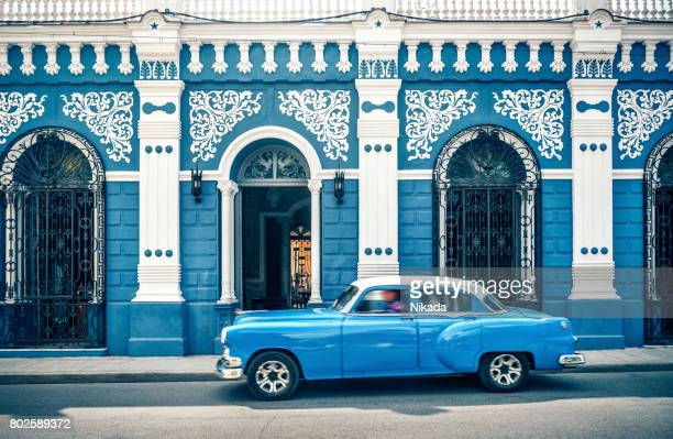 old vintage car in front of colonial style house, cuba - cuba foto e immagini stock